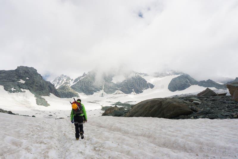 Alpiniste sur son chemin de monter Grossglockner photo libre de droits
