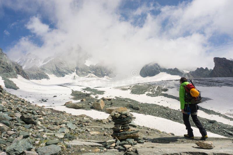 Alpiniste sur son chemin de monter Grossglockner photographie stock libre de droits