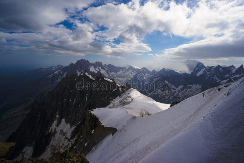 Alpinisten auf bloßem Gebirgszug stockfotografie