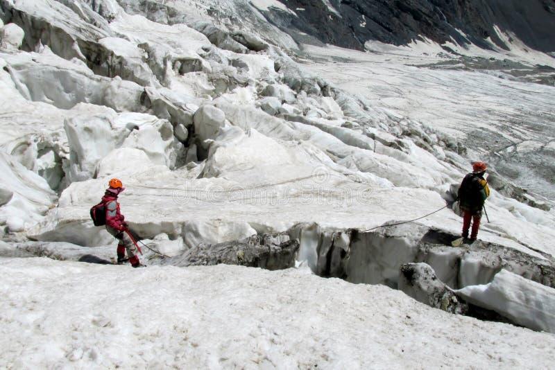 Alpinisten auf dem Gletscher stockbilder