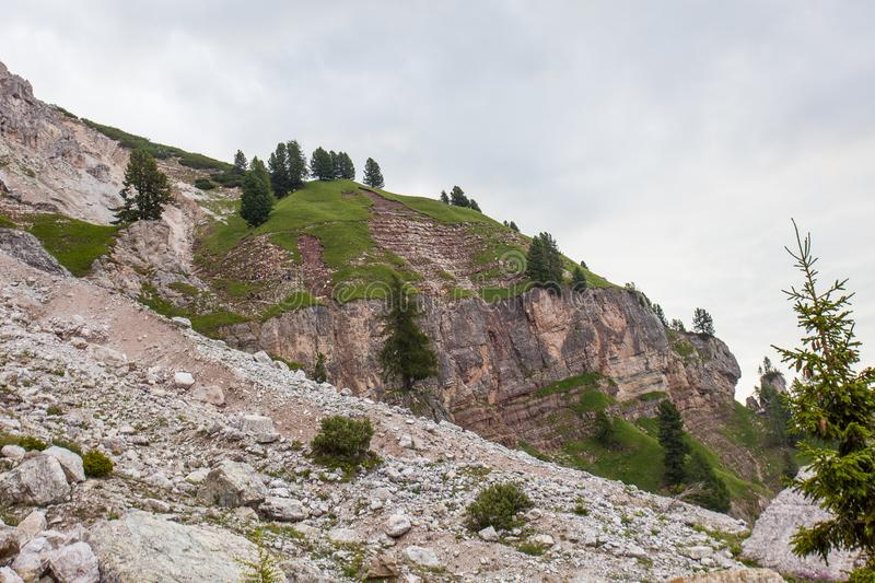 Alpinisten, die auf Weg nach Dibona-Abschnitt, ein wichtiger geologischer Standort der Tofana-Gebirgsgruppe gehen lizenzfreies stockbild