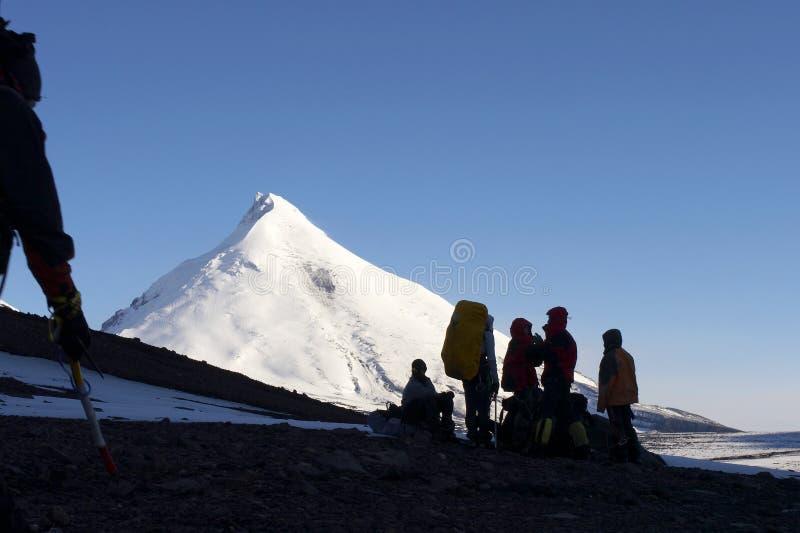 Alpinisten en berg. stock fotografie