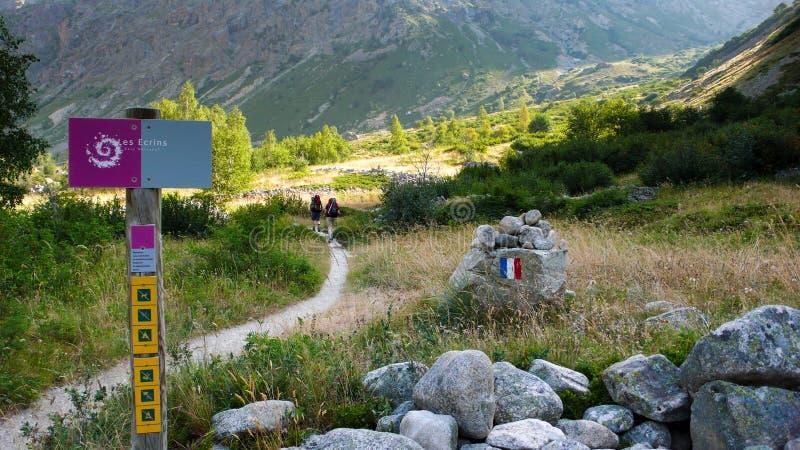 Alpinisten en wandelaars op een sleep in de Franse Alpen stock foto