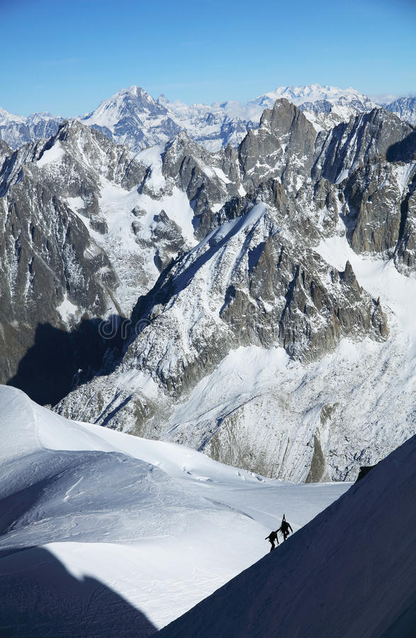 Alpinister som klättrar i Haute Savoie, Frankrike royaltyfria bilder