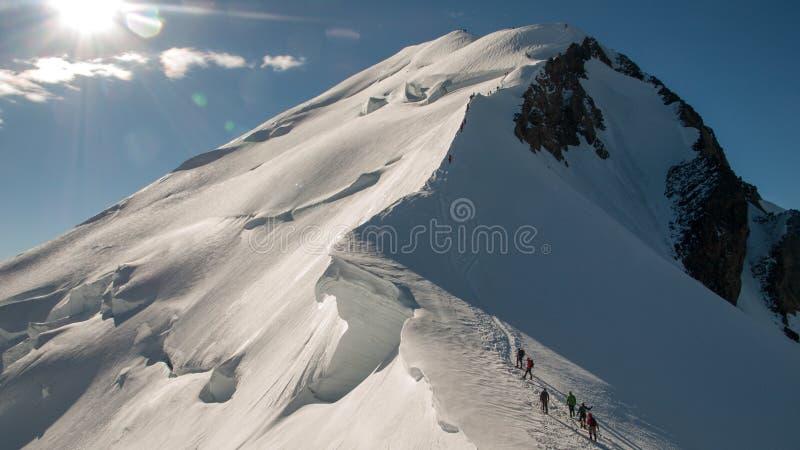 Alpinister som klättrar Mont Blanc arkivfoton