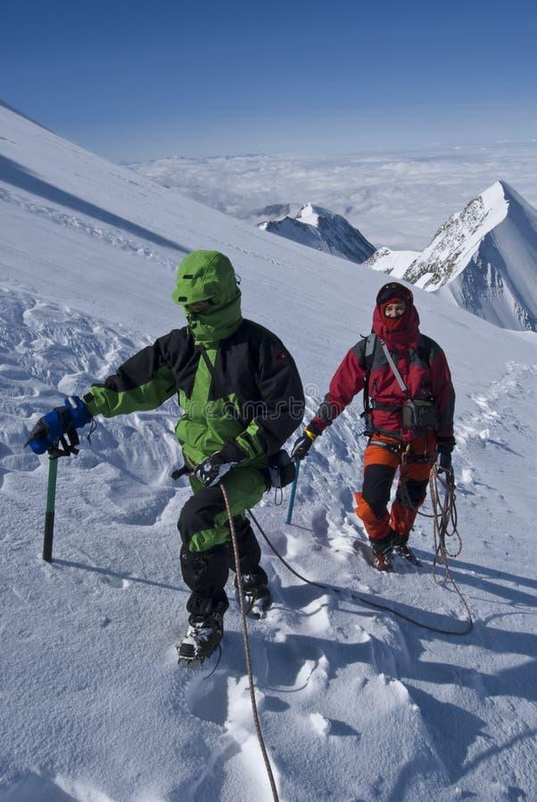 alpinistes en montagnes d'alpes photos stock