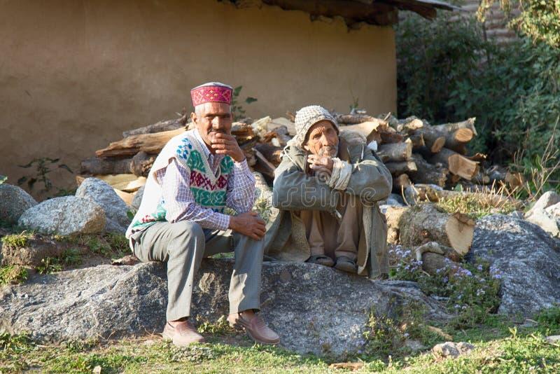 Alpinistes indiens se reposant sur la rue photos stock