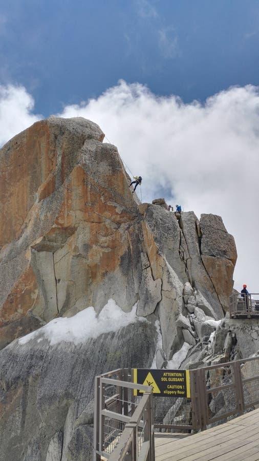 Alpinistes pratiquant près d'Aiguille du Midi 3 842 m dans le massif de Mont Blanc dans les Alpes français, France, l'Europe photo stock