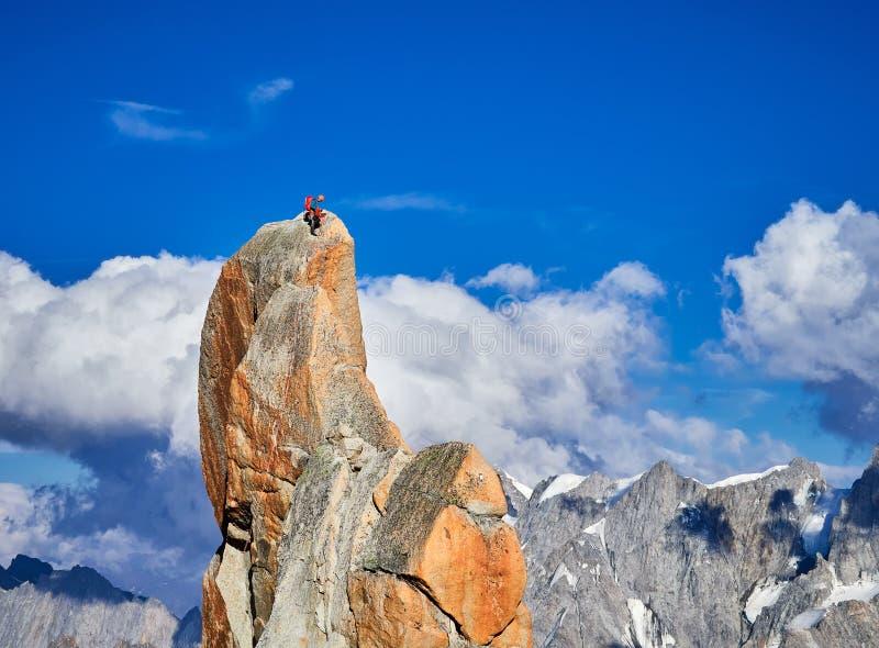 Alpinistes s'élevant sur des roches chez Aiguille du Midi, Chamonix, France photos stock
