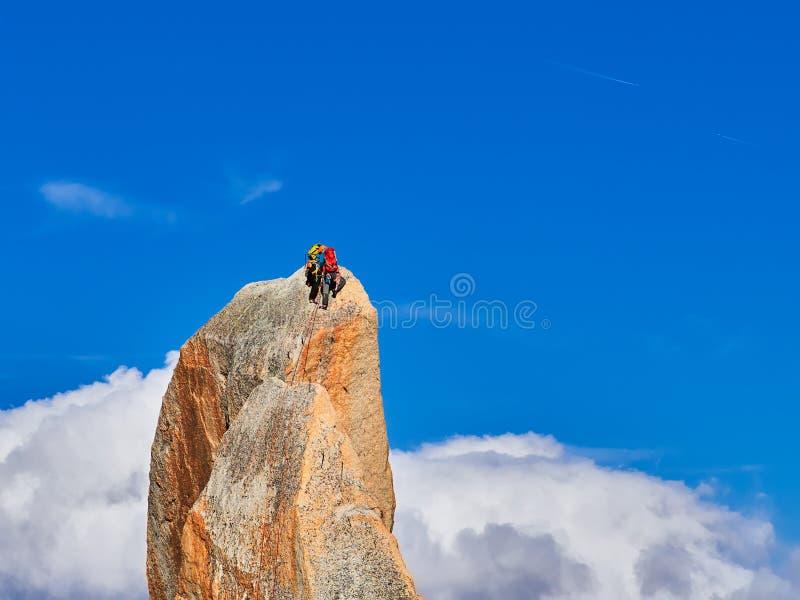 Alpinistes s'élevant sur des roches chez Aiguille du Midi, Chamonix, France image stock