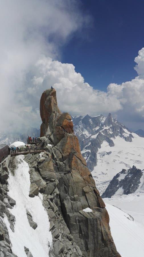 Alpinistes s'élevant sur une roche près d'Aiguille du Midi dans le massif de Mont Blanc, France, l'Europe images stock
