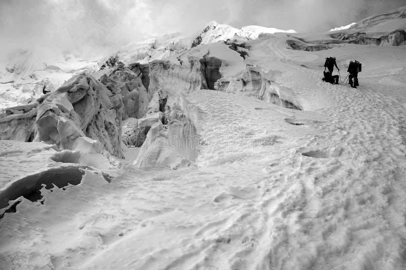 Alpinistes sur la montagne neigeuse photographie stock libre de droits