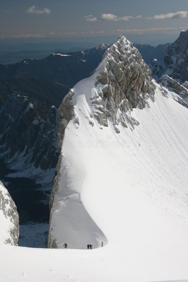 Alpinisti di inverno nelle alpi di Julian immagini stock libere da diritti
