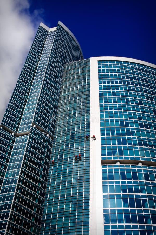 Alpinisti industriali che puliscono un grattacielo immagini stock libere da diritti