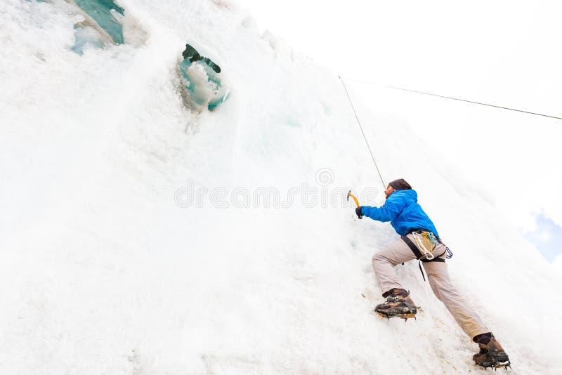 Alpinistkerel die de gletsjermuur de Andes Peru beklimmen van het opleidingsijs royalty-vrije stock foto's