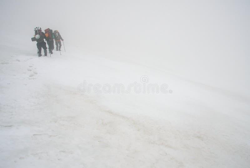 Alpinists e clima de tempestade imagens de stock