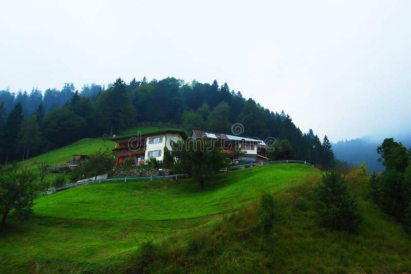 alpint härligt hus royaltyfria foton