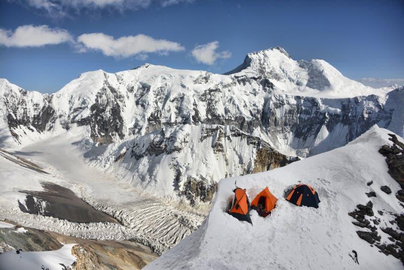 Alpint läger i de Pamir bergen royaltyfri fotografi