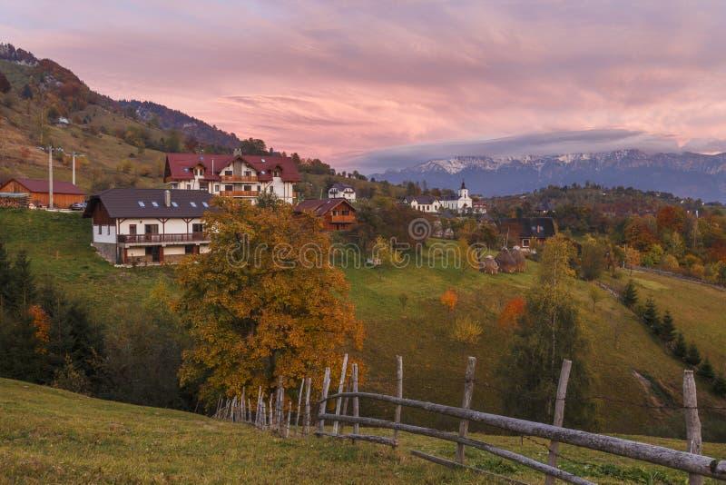 Alpint landskap för höst, alpin by med imponerande föreställningträdgårdar och höga snöig berg i bakgrund nära kli royaltyfria foton