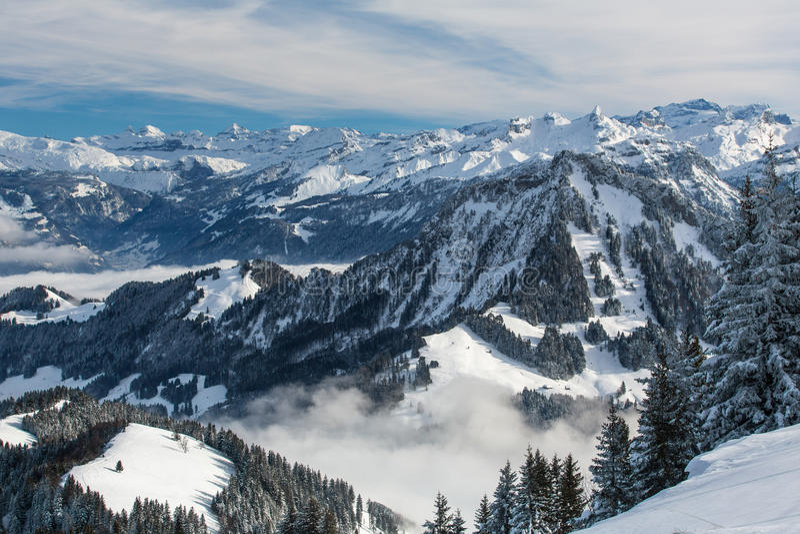 Alpint landskap för storartad vinter med höga berg fotografering för bildbyråer