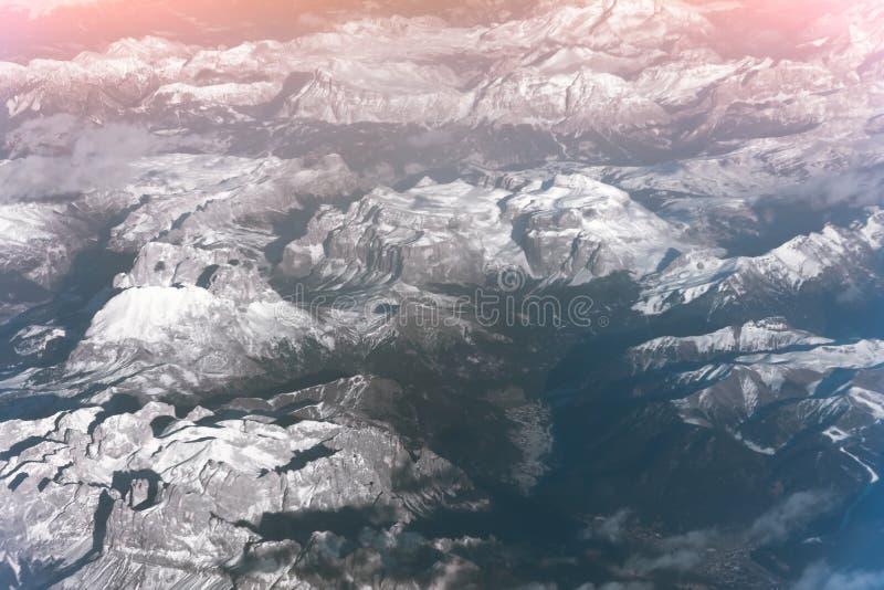 Alpint landskap med maxima som täckas av snö, sikt från höjd royaltyfri bild