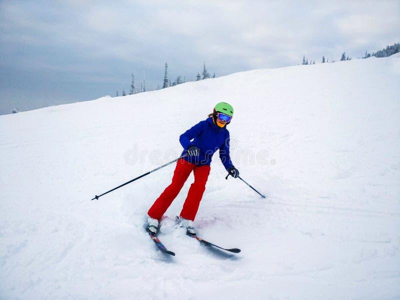 alpint snabbt barn för kvinna för vinter för skidåkninglutningssemester royaltyfria foton