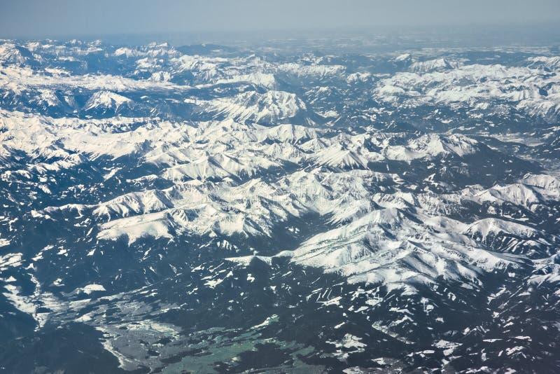 Alps da cordilheira coberta de neve em um dia ensolarado, vista aérea imagens de stock royalty free