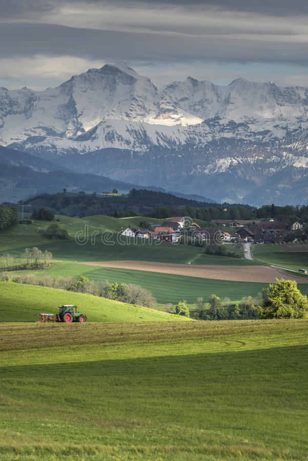 Alps kształtują teren z wioską przed nim obraz royalty free