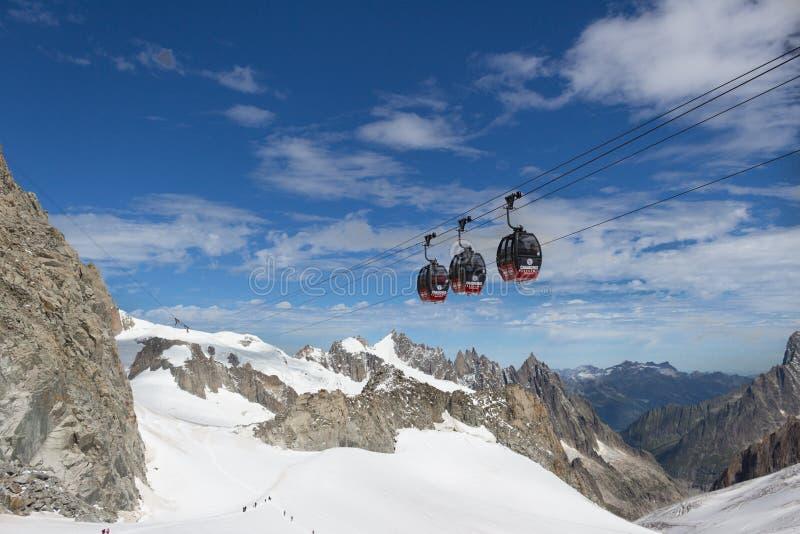Alps, Włochy granica, 29 2017 Lipiec - Skyway wagon kolei linowej r fotografia stock
