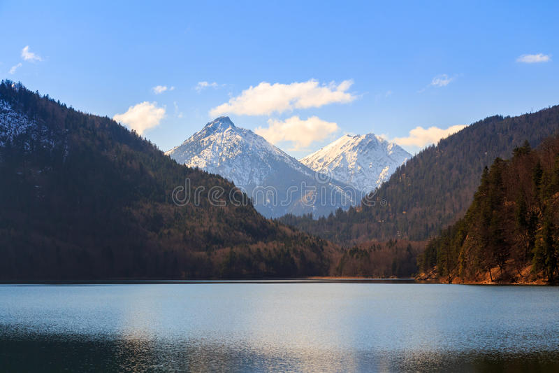 Alpsee与阿尔卑斯山的湖风景在慕尼黑附近在巴伐利亚,德国 库存照片