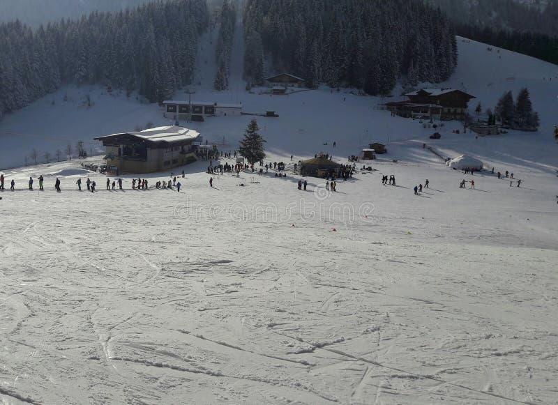 alpspiste skidar arkivfoton