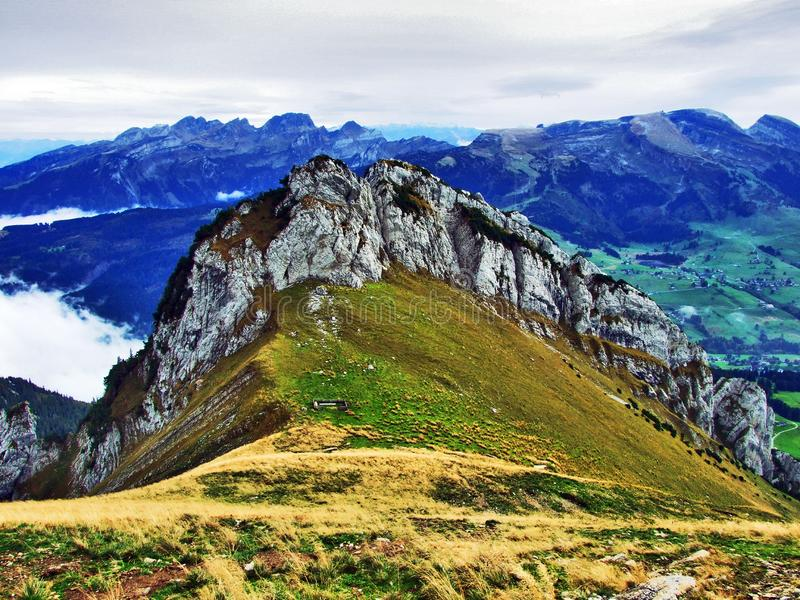 Alpstein山脉的易上镜头的牧场地和小山 图库摄影