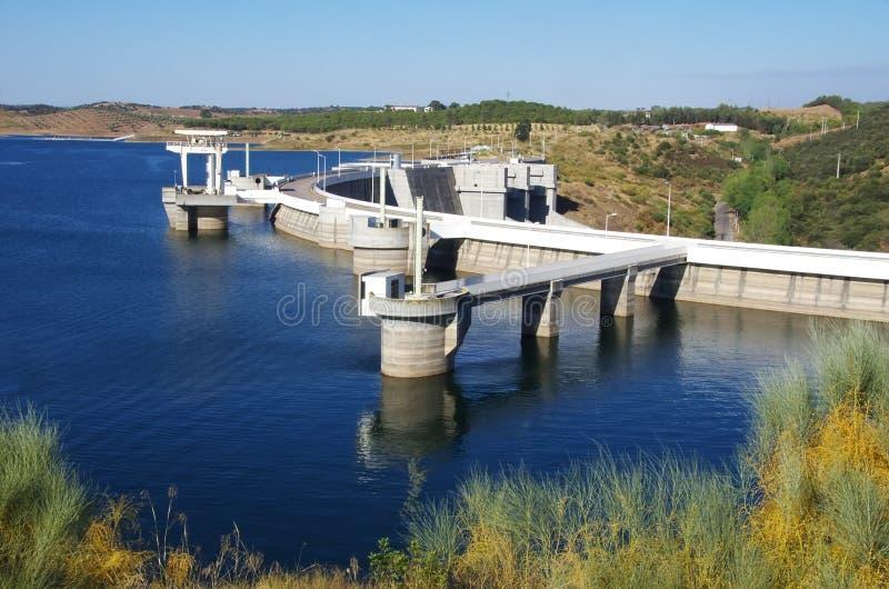 Alqueva,阿连特茹地区的水力发电的动力火车 免版税库存图片