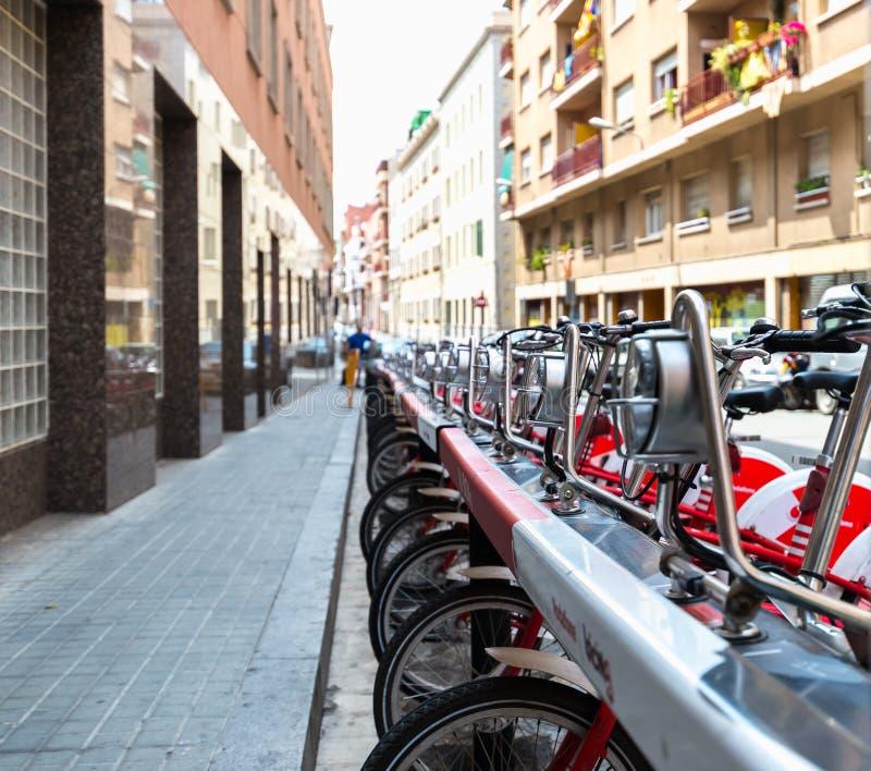 Alquiler de la bicicleta en las calles foto de archivo libre de regalías