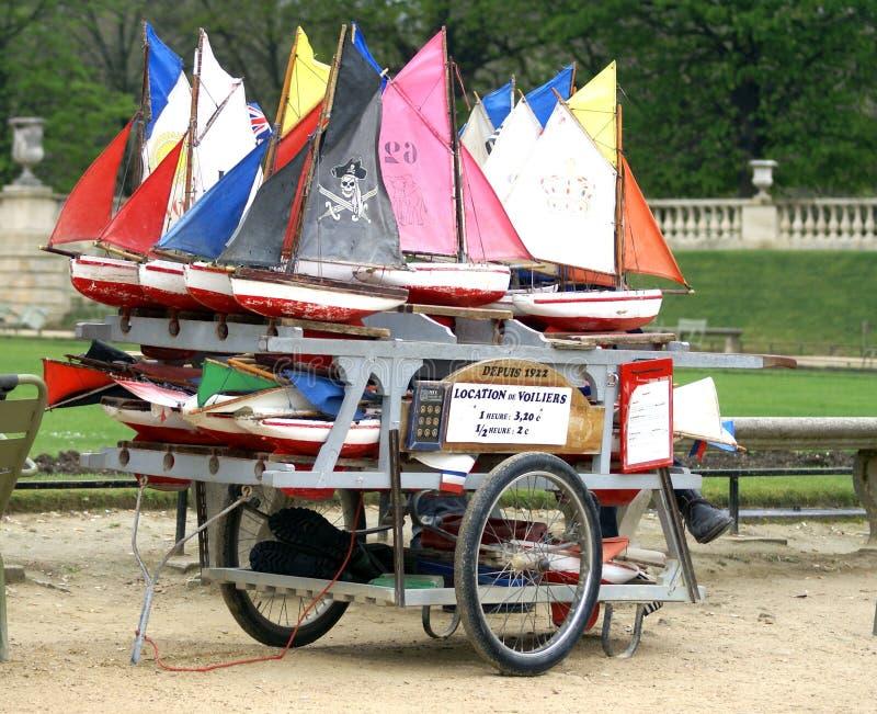 Alquiler de los barcos del juguete en Jardin du Luxemburgo, París imagen de archivo