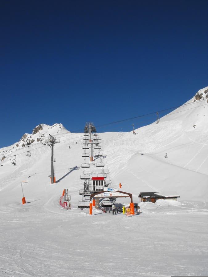 Alquiler de sillas y sencillas pistas de esquí fotos de archivo