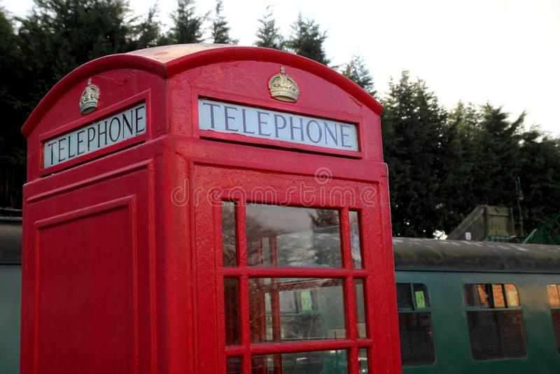 Alresford, R-U - 28 janvier 2017 : Cabine téléphonique de vintage et r britanniques image stock