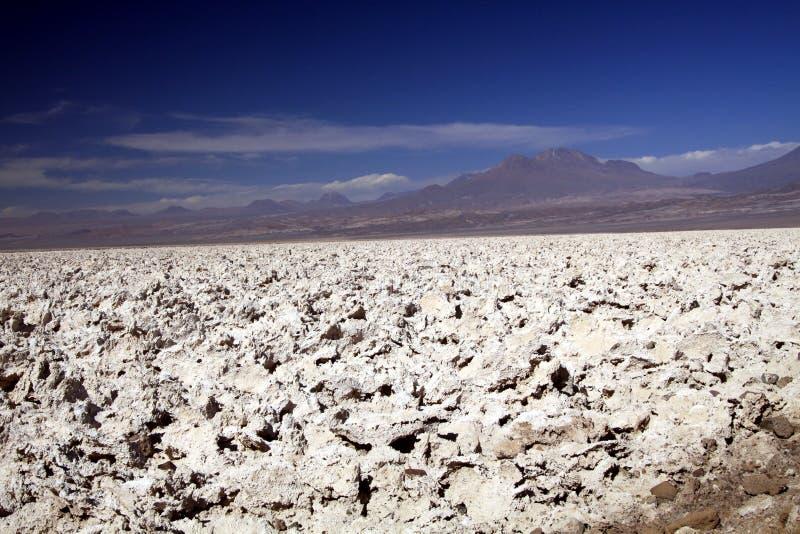 Als op de maan: Weergeven over eindeloos helder wit onvruchtbaar zout plateau in nergens het tegenover elkaar stellen met diepe b royalty-vrije stock foto's