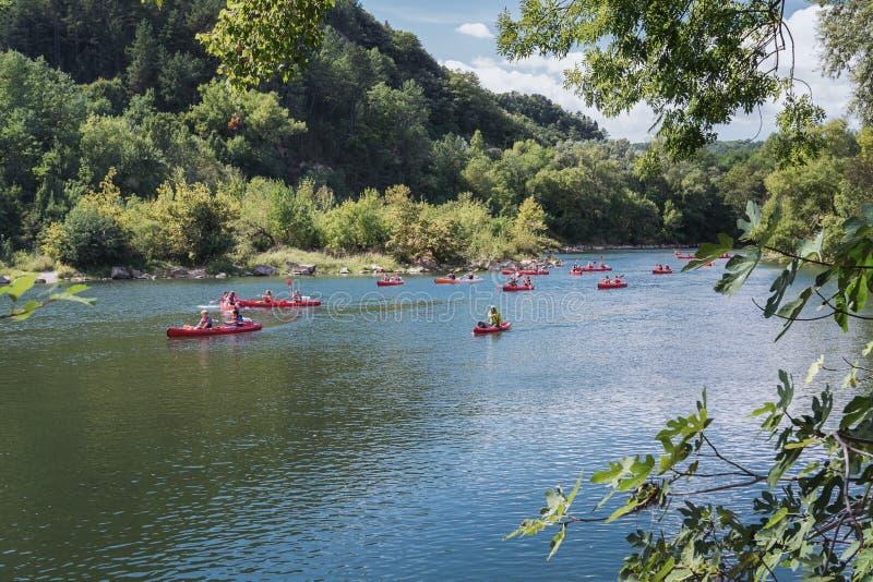 Als schoolreis een klasse met Franse studenten die op riv kayaking stock afbeelding