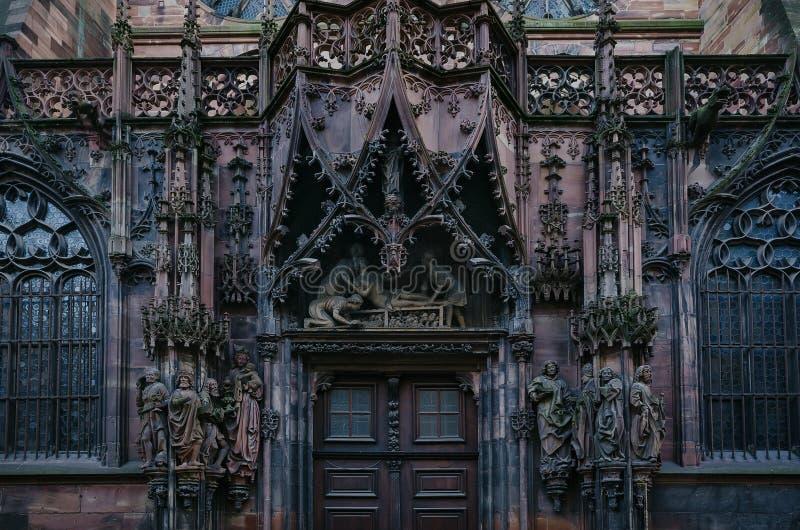 alsace france Arkitektoniska detaljer på väggarna av Roman Catholic Cathedral i Strasbourg royaltyfri bild