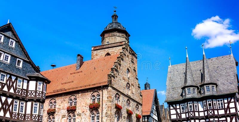 Alsfeld in Hessen, Deutschland - historische mittelalterliche Gebäude auf dem Marktplatz - Weinhaus-Wein-Haus 1538 und RathausRat stockbilder