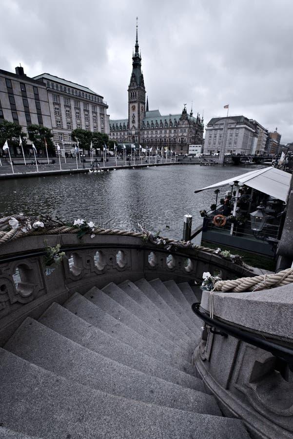 Alster y ciudad/ayuntamiento de Hamburgo, Alemania fotos de archivo