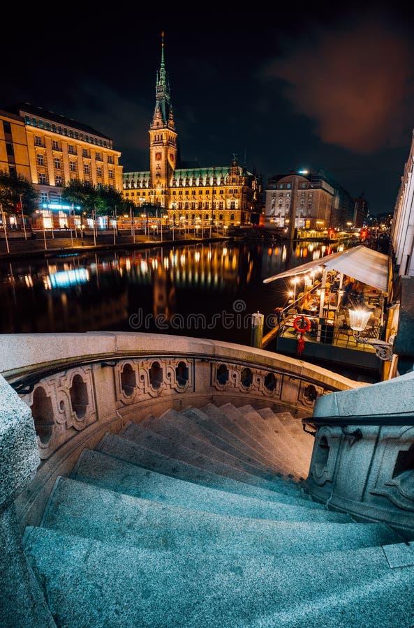 Alsterfleet i urząd miasta w Hamburg przy nocą Piękny iluminujący śródmieście, centrum miasta obrazy stock
