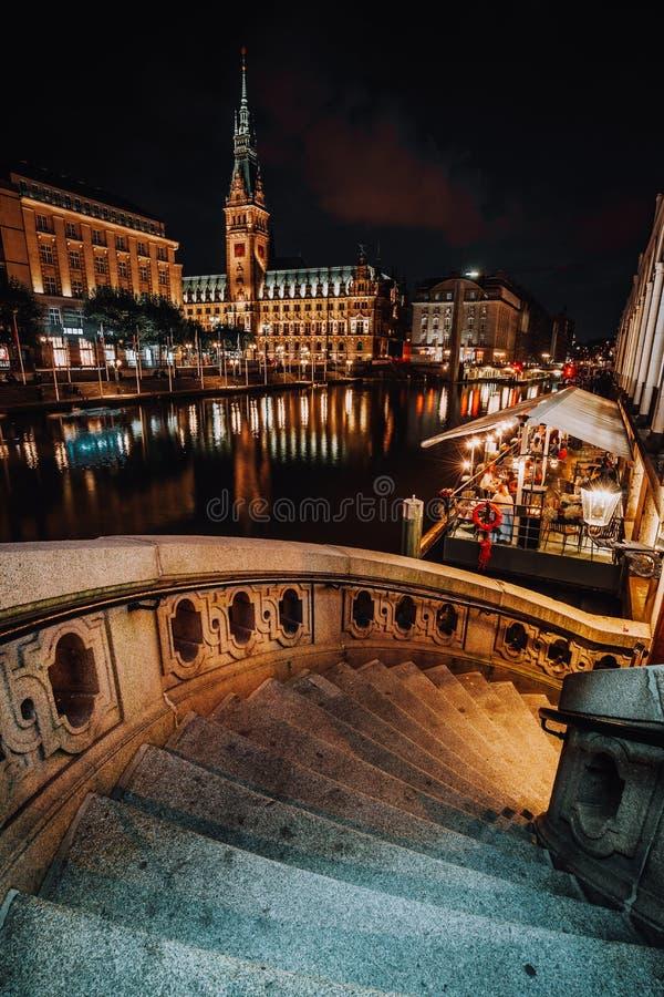 Alsterfleet i urząd miasta w Hamburg przy nocą Piękny iluminujący śródmieście, centrum miasta fotografia stock