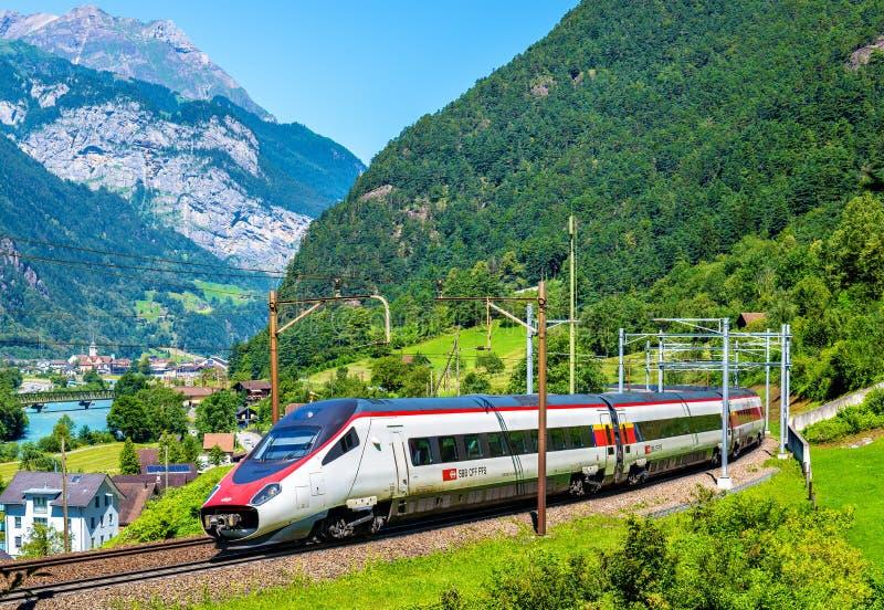 Alstom inclinant le train à grande vitesse sur le chemin de fer de Gotthard images stock