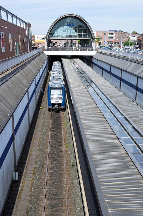 Alstompluksel 54 regionale trein van AKN in Kaltenkirchen, Duitsland stock foto
