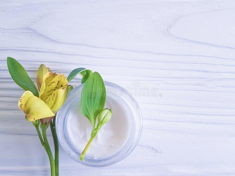 Alstroemeriablommablad, kosmetisk kräm för organiskt grönt skydd på en ny träbakgrund arkivfoton