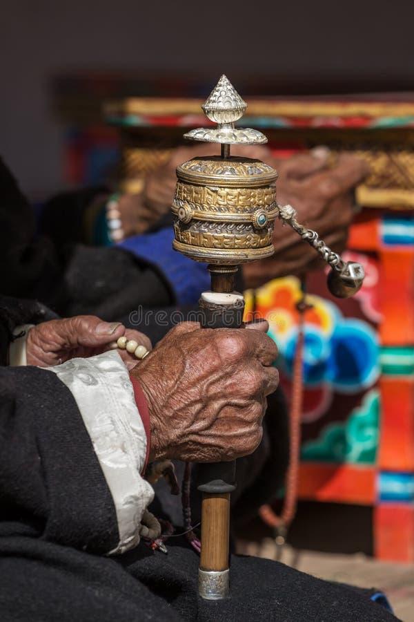 Alt bemannt die Hände, die Gebet buddhistisch halten, drehen herein Lamayuru-Kloster, Ladakh stockbilder