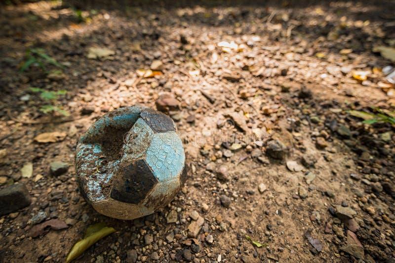 Alt entlüftete Fußball auf dem Feld thailand lizenzfreies stockbild
