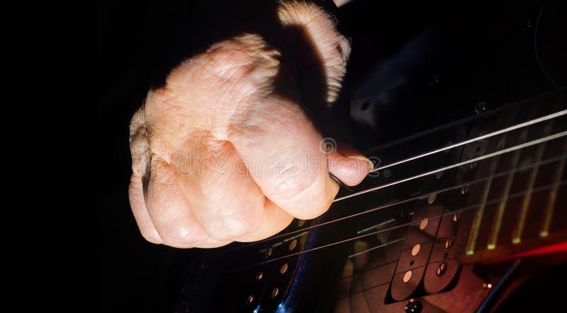 Alt, Frau, Mann übergibt das Spielen der elektrischen, Akustikgitarre, schwarzer Hintergrund, Lebensstil stockfotos